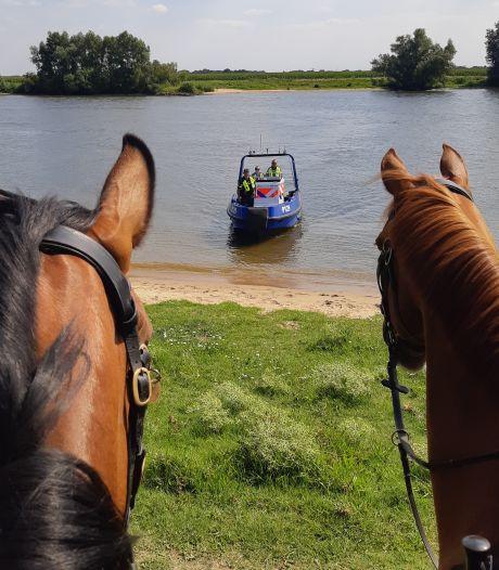 Politie pakt met paarden en patrouilleboten hardvaarders aan; 'dat gaan we vaker zo doen'