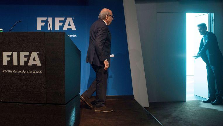 FIFA-baas Sepp Blatter stiefelt naar de uitgang nadat hij zijn aftreden bekend heeft gemaakt. Het iconische beeld van AFP-fotograaf Valeriano Di Domenicowas werd wereldwijd een grote hit. Beeld afp