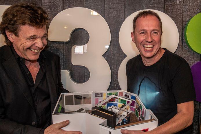John de Mol overhandigt zijn afscheidscadeau aan Edwin Evers. De maquette is door het Apeldoornse bedrijf Impress3D gemaakt.