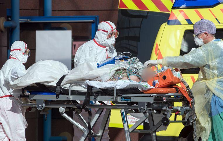 Twee corona-patiënten uit het Italiaanse Bergamo zijn overgebracht naar een ziekenhuis in Leipzig, Duitsland.  Beeld EPA
