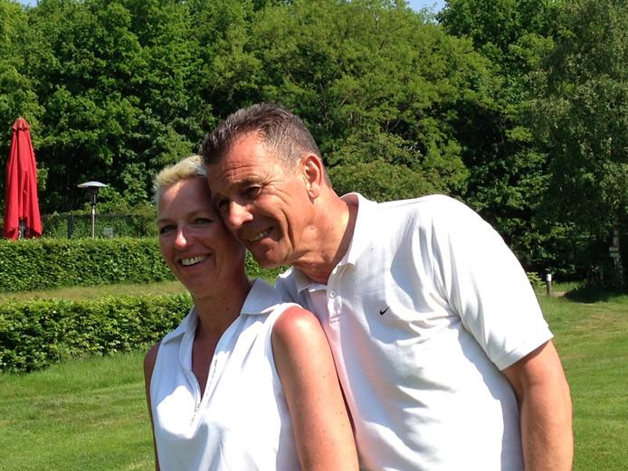 Kiki en Henk de Graaf op de golfbaan waar ze zojuist allebei een hole-in-one hebben geslagen.