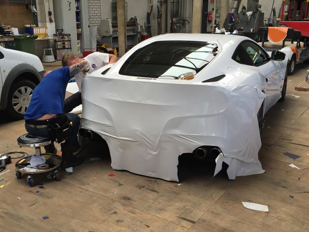 De Ferrari F12 wordt gewrapt.