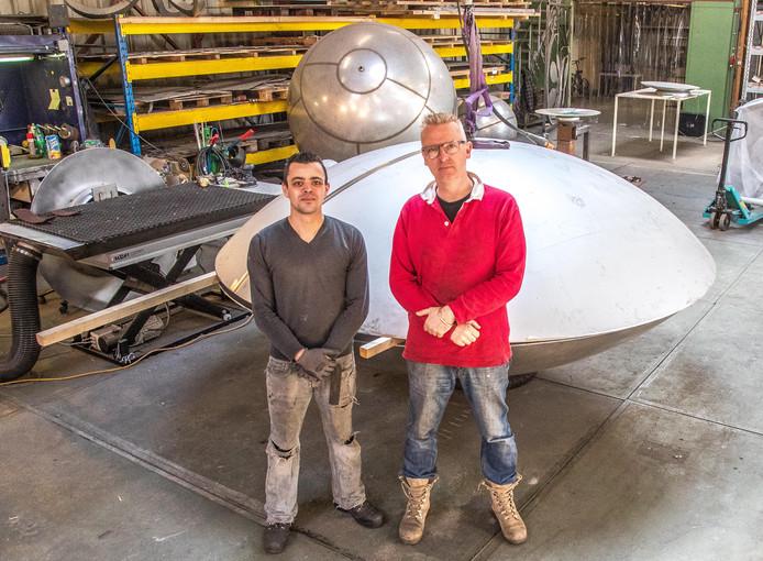 Ronald Westerhuis en zijn assistent Raoul Abdoelrazak bij een onderdeel van het Monument voor de slachtoffers van MH17.