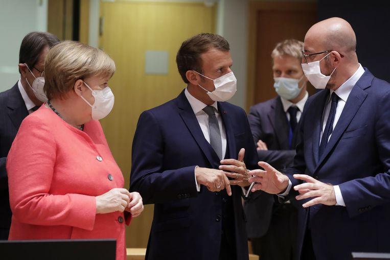 Angela Merkel, Emmanuel Macron en Charles Michel,  voorzitter van de Europese Raad. Beeld AP