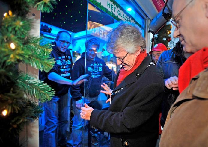 Burgemeester Berends sluit de dj's van de lokale omroep Apeldoorn op voor hun eigen Glazen Huisje. Archieffoto: Maarten Sprangh