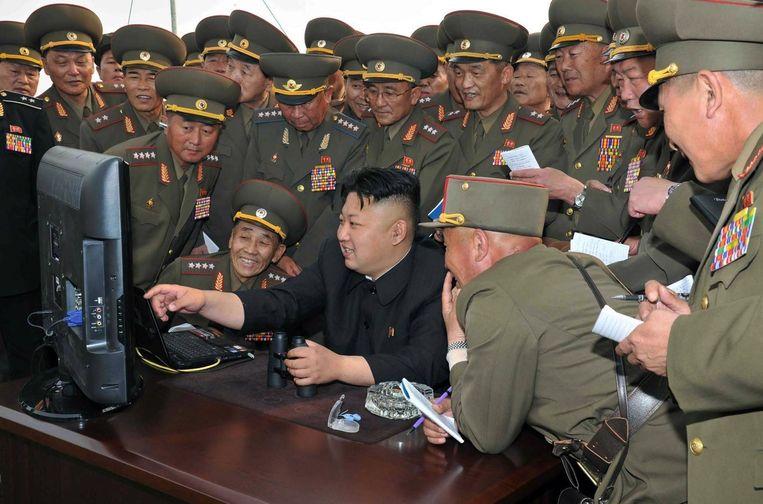 De Noord-Koreaanse leider Kim Jong-un kijkt naar een computerscherm op een archieffoto.