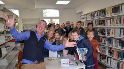 Nieuwe bib in pastorie feestelijk geopend, met overdracht laatste boek, 'Markske' uit FC De Kampioenen en 'Lowie' uit Thuis