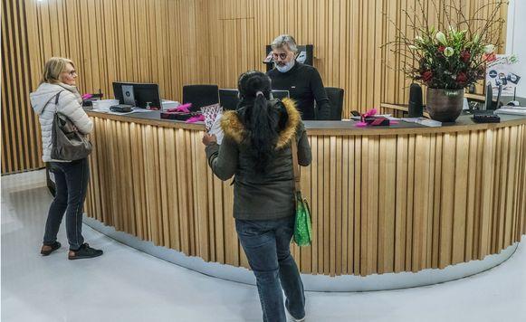 Aan het fysiek onthaal in het administratief stadhuis in de Leiestraat worden per jaar zo'n 30.000 bezoekers geholpen.