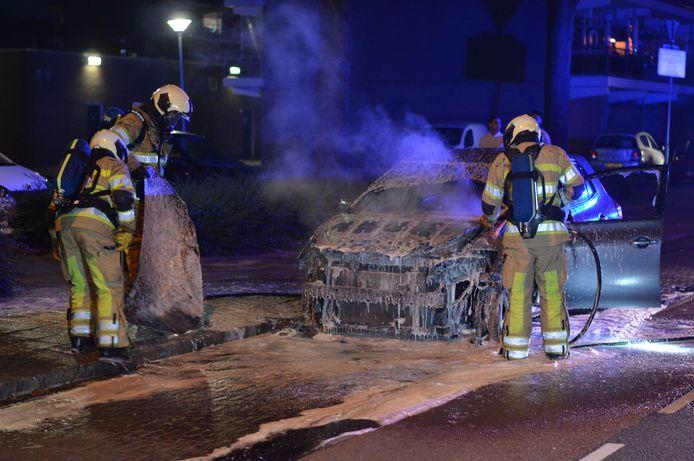 De brand verwoestte de voorzijde van de auto
