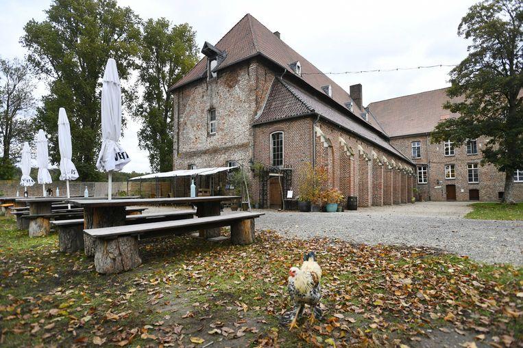 Het terrein van voormalig klooster Graefenthal waar de Duitse politie een inval heeft gedaan en stelt op een sekte te zijn gestuit.  Beeld ANP