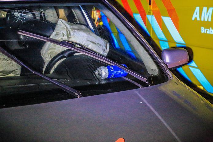 Auto botst tegen boom in Helmond