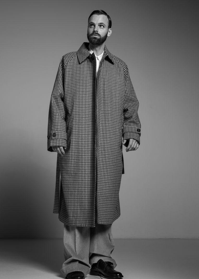 'Waarom draag ik niet af en toe een jurk naar mijn werk? Er zullen best wel jurken zijn die me mooi staan.' Beeld Robin De Puy