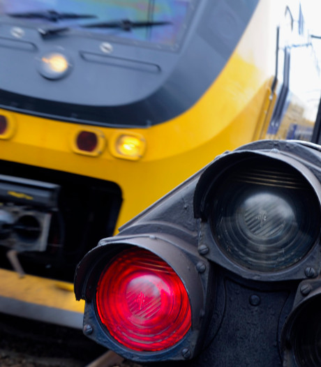 Trein en voertuig botsen in Raalte: geen gewonden