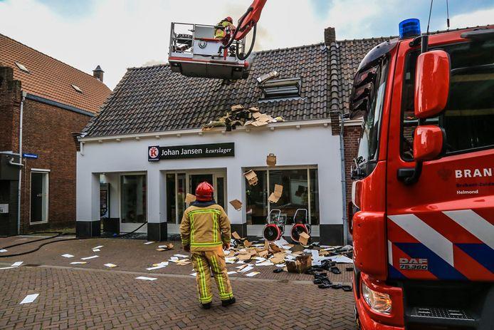 De brandweer in Gemert gooit folders op straat, om te voorkomen dat ze in brand vliegen.