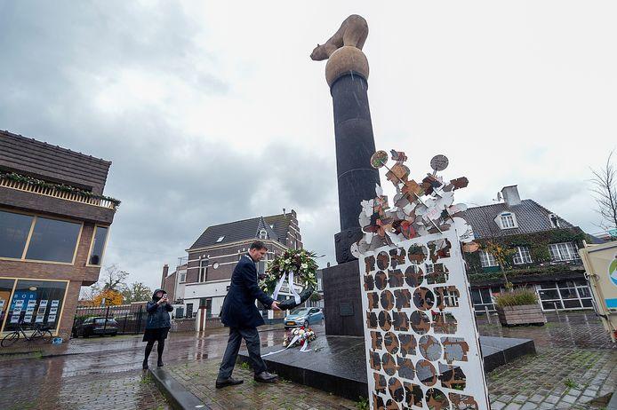 Door de coronacrisis staat de gemeente Roosendaal dit jaar sober stil bij de bevrijding van de stad, 76 jaar geleden. Burgemeester Han van Midden legt samen met leerlingen van de Norbertus Gertrudis Mavo wel een krans bij het beeld van de Polar Bear.