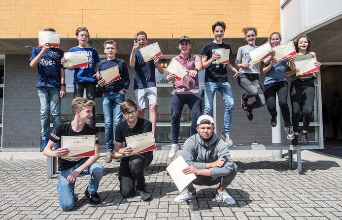 Deelnemers aan de zomerschool in Boxmeer vorig jaar, met hun certificaat als bewijs dat ze alsnog over zijn.