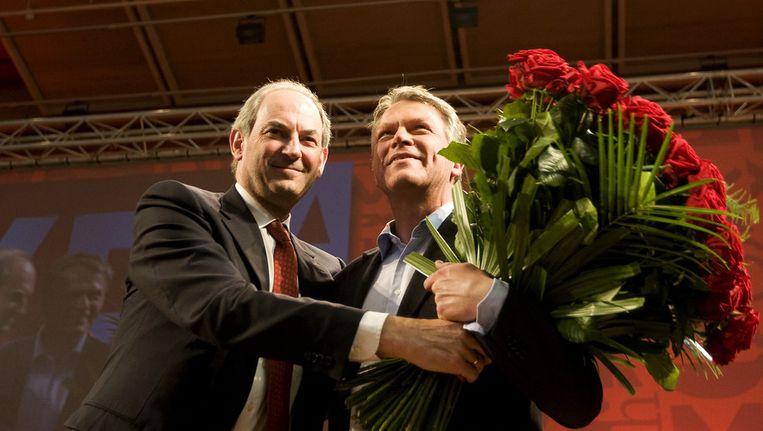 het afscheid van Wouter Bos als partijleider van de PvdA, links de opvolger van Bos, Job Cohen Beeld anp