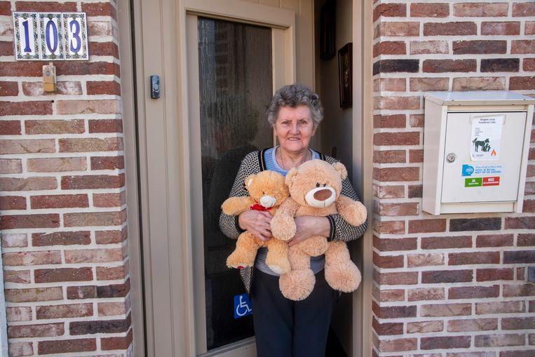 """Ook Marieke De Bruycker zet beren aan haar raam voor de berenjacht: """"Een leuk initiatief""""."""