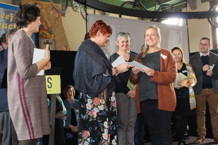 De Tieltse Schepen voor Toerisme Hedwig Verdoodt en Beleidscoördinator Vrije Tijd Céline D'hulst ontvingen het Q-label uit handen van Sabien Lahaye-Battheu, Gedeputeerde voor Toerisme voor de Provincie West-Vlaanderen.