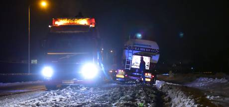 Vrachtwagen door gladheid in de berm op provinciale weg bij Bunnik