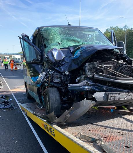 Busje knalt achterop camper op A50 bij Apeldoorn, geen gewonden wel veel schade