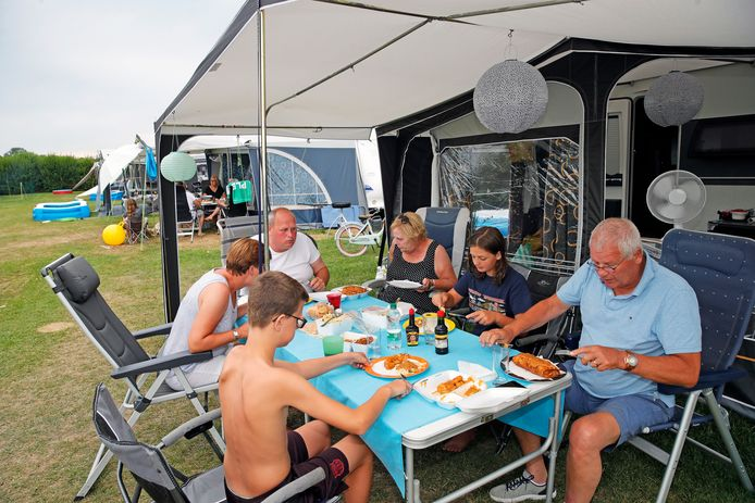 De familie Renes blijft dit jaar in Nederland en viert vakantie op Midicamping Van der Burgh in Rockanje. Foto John de Pater