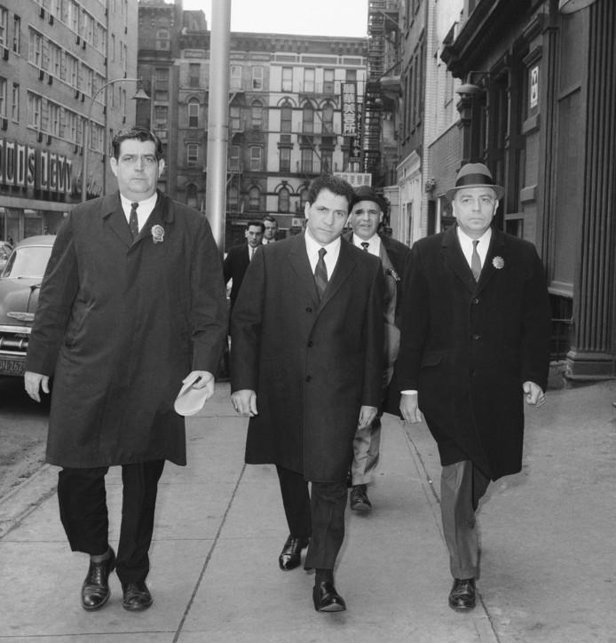 Franzese wordt door agenten naar het politiebureau in Elizabeth Street in New York gebracht.