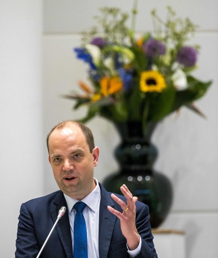 2018-05-17 16:59:11 DEN HAAG - Gemeenteraadslid Frans de Graaf (VVD) tijdens de gemeenteraadsvergadering met Burgemeester Pauline Krikke. De gemeenteraad is kritisch over de aanpak van de steekpartij op Bevrijdingsdag.  ANP JERRY LAMPEN