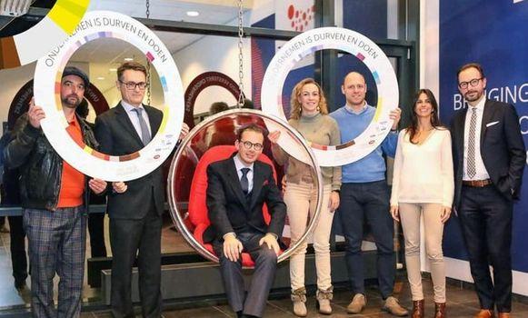 Limburgse gedelegeerd bestuurder Bart Lodewyckx van UNIZO (uiterst rechts op de foto) geeft op sociale media toe een inschattingsfout gemaakt te hebben na de ongelukkige foto van Wouter Beke met online bedrijf Farmaline.