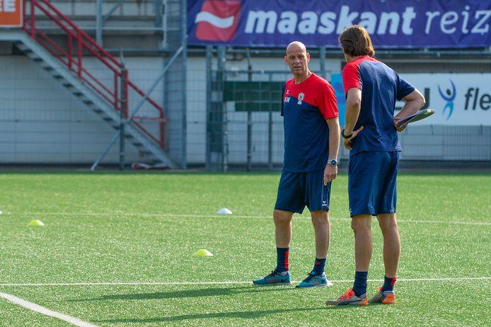 Klaas Wels en Marcel van der Sloot bereiden de training voor.