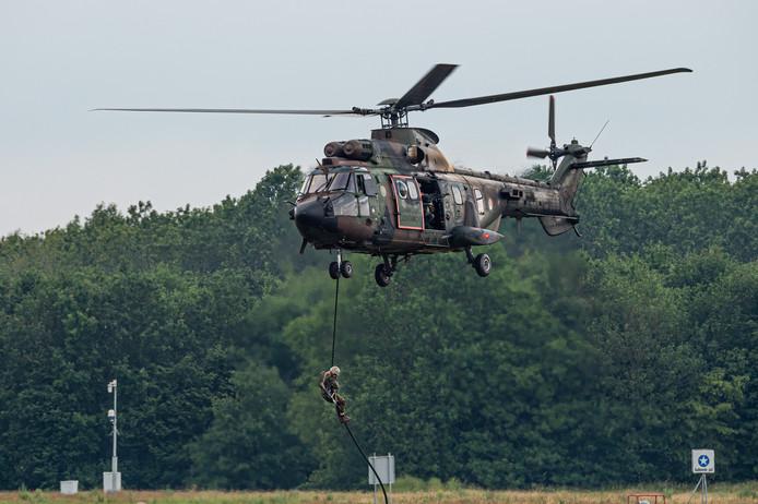 Een Cougar helikopter van de Koninklijke Luchtmacht eerder dit jaar, als onderdeel van een spectaculaire airshow tijdens de Luchtmachtdagen in Volkel.
