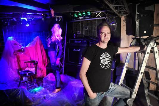 Maarten Rooijakkers met op de achtergrond zijn vrouw Ingrid.