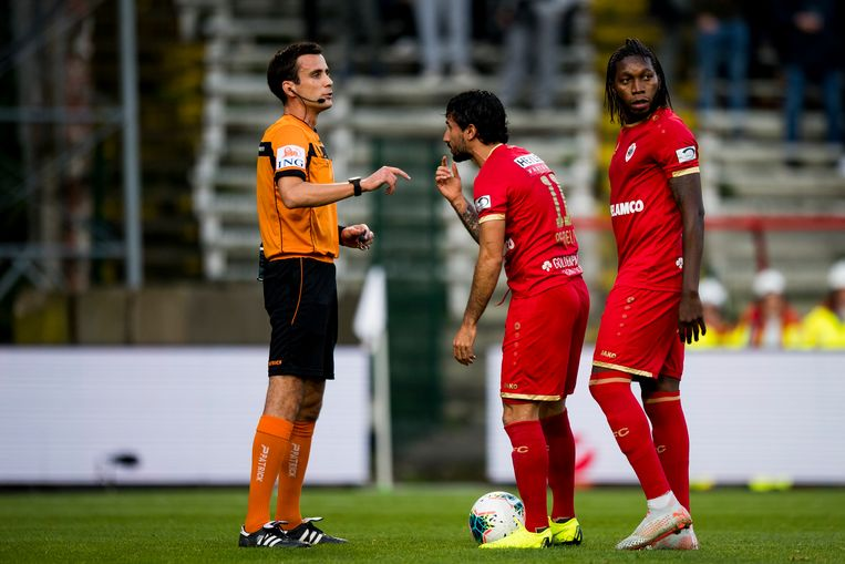 Refaelov en Mbokani voor de penalty.