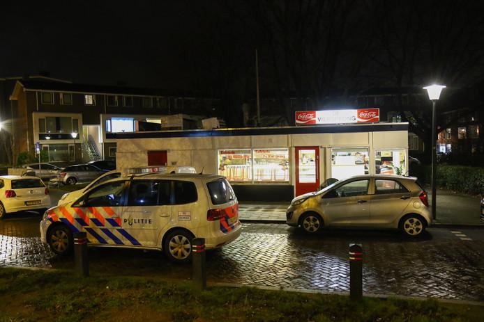Er is veel politie op de been rond de snackbar aan de Van Beethovensingel.