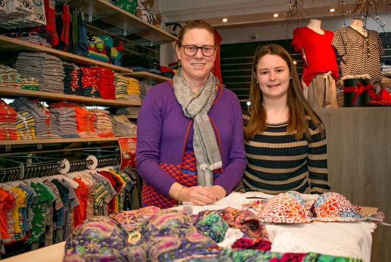 Annick De Wael en haar dochter Charlotte in hun 100-jarige winkel.