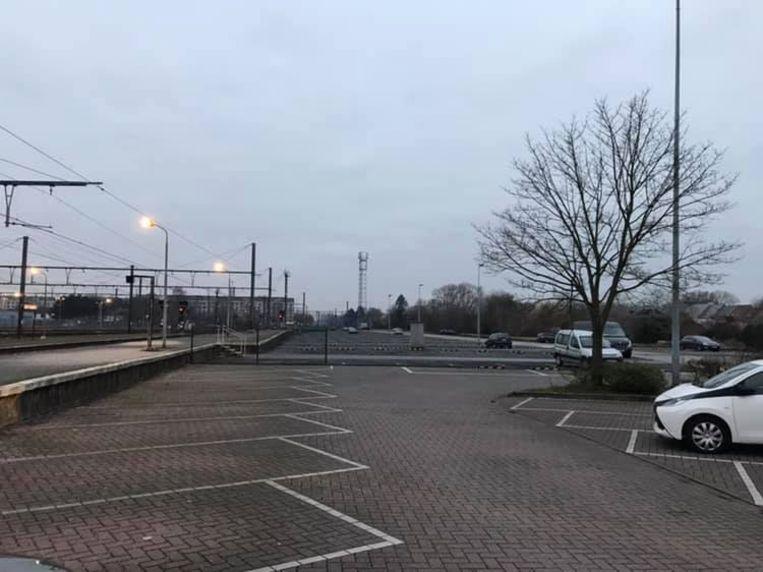 Een verlaten stationsparking en haast lege treinen. De staking laat zich ook hier voelen.