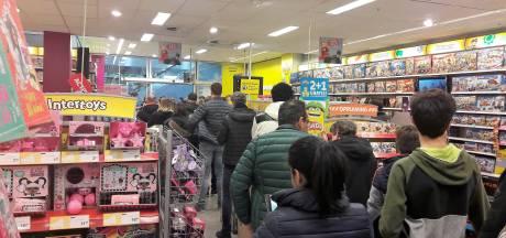 Twee uur in de rij om cadeaubonnen in te leveren bij Intertoys in centrum Tilburg