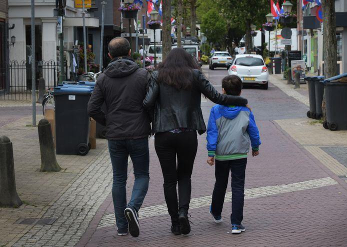 Hamed en Ferial met hun zoon.