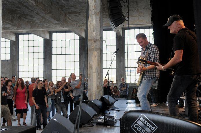 The Juke Joints treden op met Jan Akkerman in de Timmerfabriek in Vlissingen. Archieffoto Lex de Meester