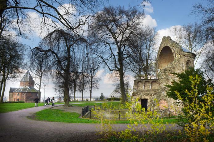 Het Valkhofpark met links de St.Nicolaaskapel van rond het jaar 1000 en rechts de Barbarossaruïne.