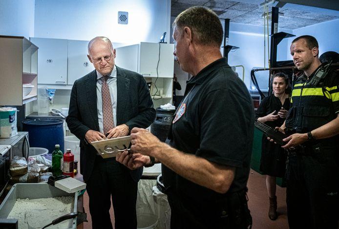 Minister Grapperhaus op bezoek in het 'oefen-drugslab' dat de politie heeft gebouwd op een geheime locatie in Tilburg