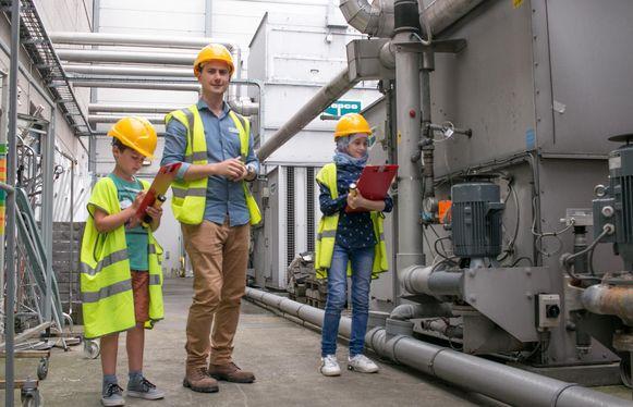 Axl (8) en Nawal (11) op inspectieronde met 'Thomas de technieker'.