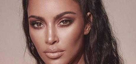 Kim Kardashian haalt schouders op over plagiaat van parfumlogo Vibes