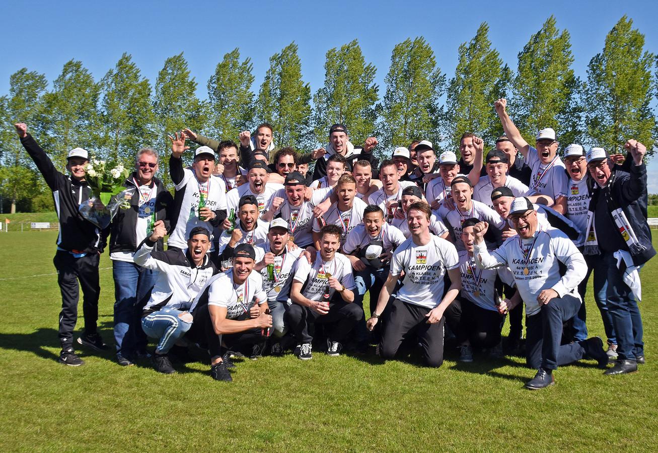 Steen viert het kampioenschap op het veld van Biervliet.