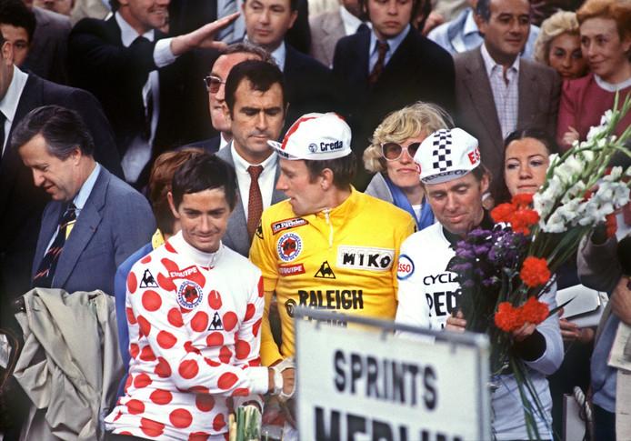 Joop Zoetemelk (midden) is voorlopig één van de twee Nederlanders die een grote ronde won