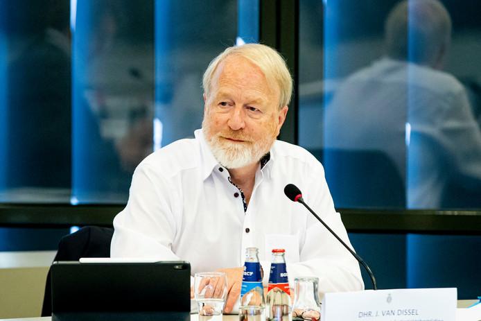 RIVM-directeur Jaap van Dissel geeft een briefing aan Kamerleden