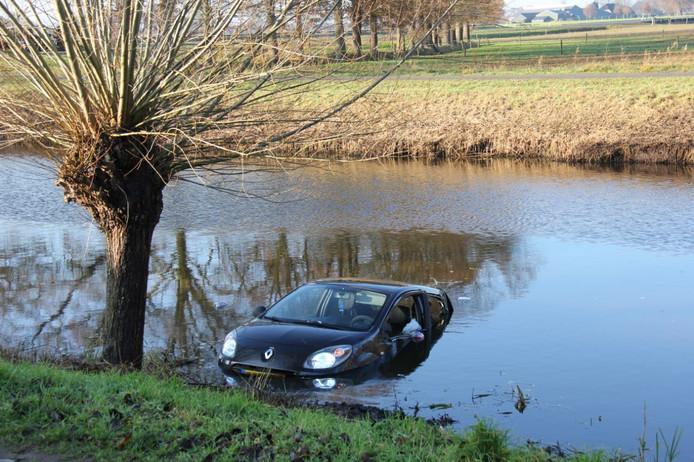 Nadat de bestuurster moest uitwijken is de auto in het water belandt