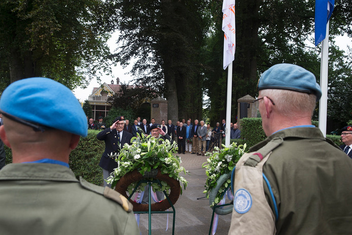Kranslegging bij het oorlogsmonument in de Dijkstraat in Lichtenvoorde.