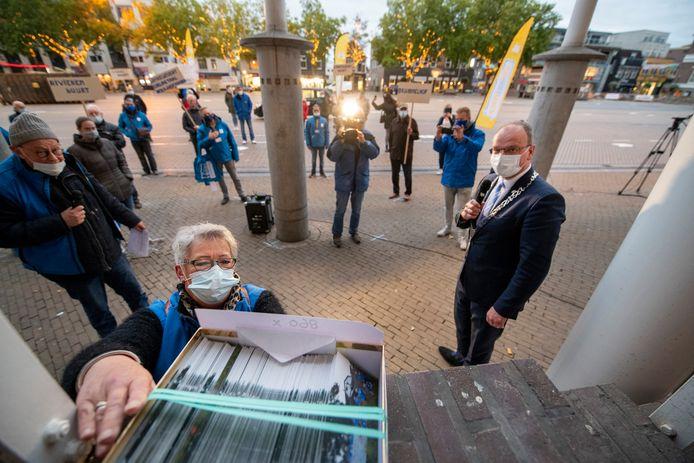 Mechelien Burghout zet namens Zuid doet Samen de dik 800 handtekeningen klaar voor burgemeester Ton Heerts (rechts).