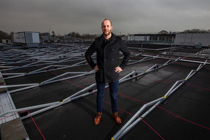 Ron van Dam, teamleider facilitair, op een dak van het Carmel College Salland in Raalte waar de aanleg van zonnepanelen al in gang is gezet.